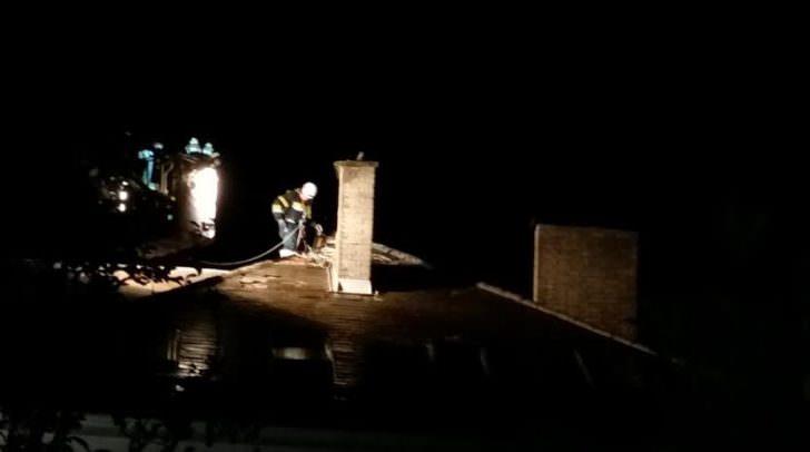 Angeleint mussten die schwindelfreien Einsatzkräfte den Kaminbereich absperren und kontrollieren