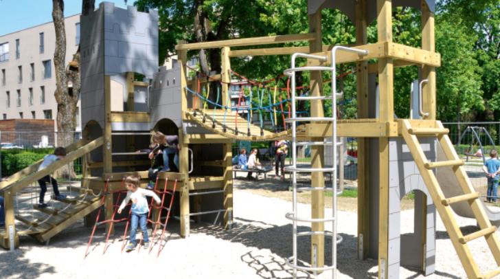 """Im Stadtpark steht die neue Spielburg """"Lanzelot"""". Kleine Ritter und Burgfräulein freut das Erobern."""