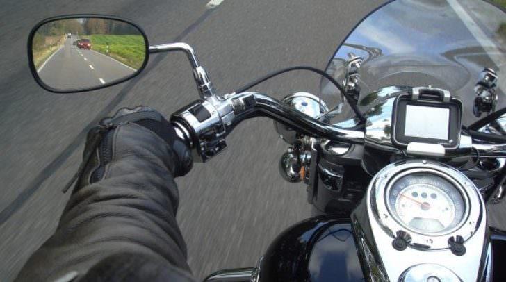 Beim Überholen kollidierte der Motorradfahrer mit einem entgegenkommenden PKW.