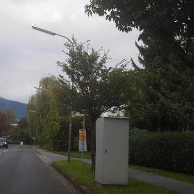 Das Radar hindert die meisten Autofahrer nicht daran, den Rest der langen Straße mit überhöhter Geschwindigkeit zu befahren.