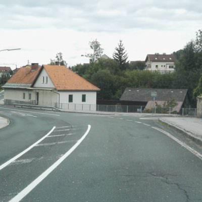 Schulkinder müssen diese Straße ohne Zebrastreifen überqueren!