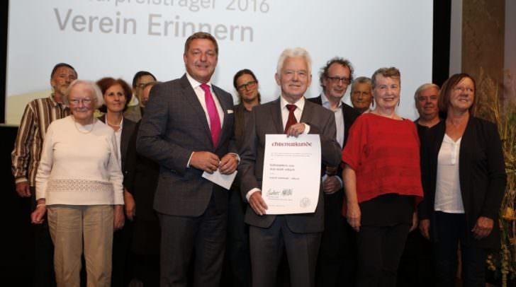 Bürgermeister Günther Albel und Verein Erinnern-Obmann Mag. Hans Haider mit Vereins-Mitgliedern und Laudator Universitätsprofessor Mag. Dr. Werner Wintersteiner (5. von rechts).