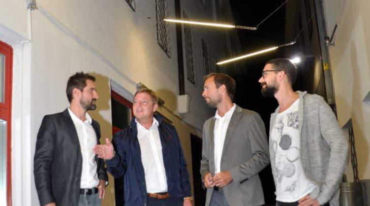 Karlgasse präsentiert sich in ganz neuem Licht: Von links Andreas Schwab, Bürgermeister Günther Albel, Hervé Reiser und Projektleiter Stefan Antonitsch.