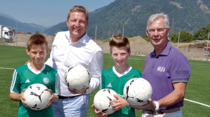 Beim Lokalaugenschein vor Ort: Bürgermeister Günther Albel mit dem Präsident des SC Landskron, Harald Sobe, und Nachwuchskickern.