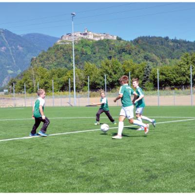 Die neuen Fußballplätze, davon ein Kunstrasenplatz, liefern optimale Trainingsbedingungen.