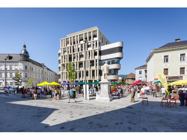 Blick auf den neuen Hans-Gasser-Platz und das neue Wohn- und Geschäftsgebäude