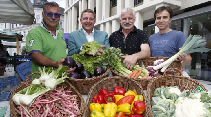 Bürgermeister Günther Albel mit Bio-Obmann Markus Steiner (Zweiter von rechts) und den Direktvermarktern Luciano Romanelli (links) und Reinhard Skofitsch freuen sich auf das Herbstfest