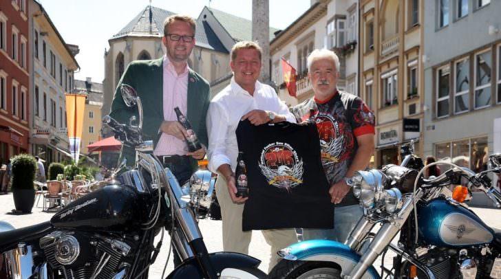 Villacher Bier Marketing Leiter Peter Peschel und Biker Shirt Designer Alexander Kofler überreichen Bürgermeister Günther Albel das Official Faaker See Biker Beer und Shirt 2016