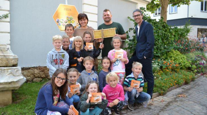 Vizebürgermeisterin Mag.a Dr.in Petra Oberrauner, Naturpark-Manager Mag. Robert Heuberger und Naturpark-Imker Martin Morokutti freuten sich beim Aktionstag auf dem Bienenlehrpfad sehr über das große Interesse der Kinder.