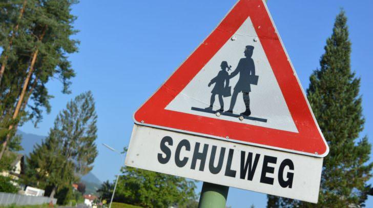 Am Schulweg sollte mit dem Kind die Benützung von Zebrastreifen, oder, wenn vorhanden, ampelgeregelte Fußübergänge eingeübt werden.