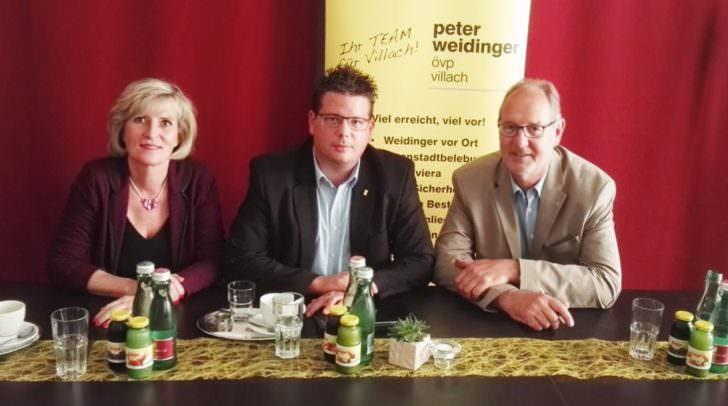 Die neue Gemeinderätin Christine Mirnig, mit ÖVP-Klubobmann Christian Pober und Wirtschaftskammer-Bezirksstellenobmann Bernhard Plasounig