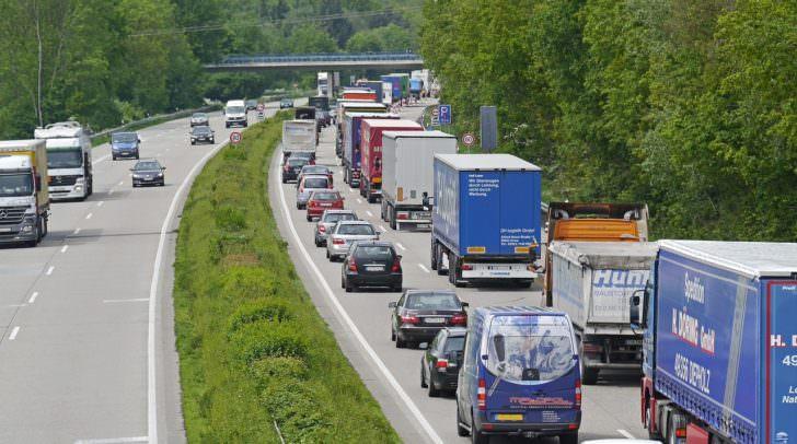 stau verkehr highway-1338440_1280