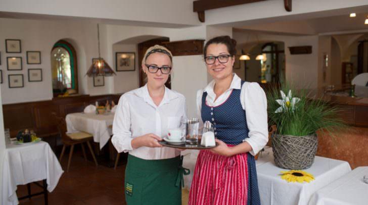 Praktikumschefin JohannaKucher gab Elisa wichtige Tipps für den richtigen Service.