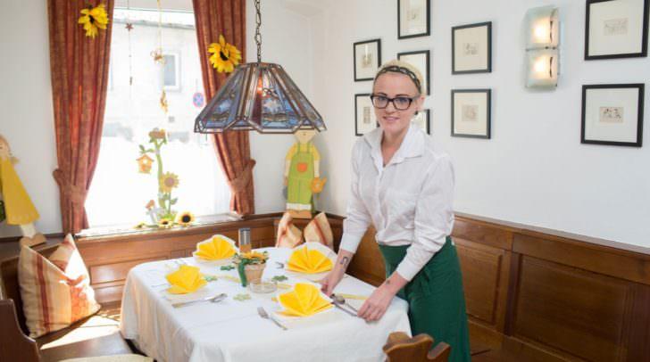 Elisa Gallob sorgt für einen perfekt eingedeckten Tisch.