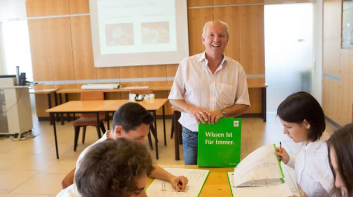 Peter Makula vom WIFI Kärnten gibt sein umfassendes Tourismus- und Gastrowissen im Theorieunterricht an die Jugendlichen weiter.