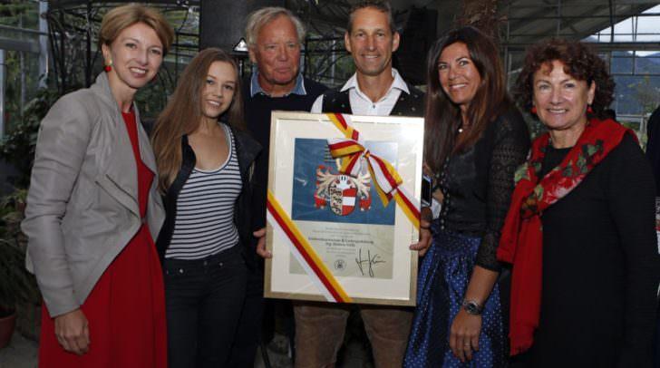 LHStv.in Gaby Schaunig verlieh das Kärntner Landeswappen und die Familie Karl mit Alina, Kurt, Dietmar, Tanja und Inge Karl, nahmen es dankend an.