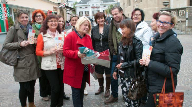 """Frauenreferentin Vzbgm. Gerda Sandriesser, Vzbgm. Petra Oberrauner sowie  mehrere Gemeinderätinnen machten heute im Rahmen einer Halbe-Halbe-Verteilaktion in der Villacher Altstadt auf den """"Equal Pay Day"""" am 12. Oktober aufmerksam."""