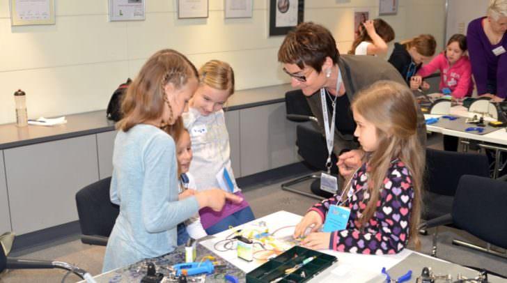 """LHStv.in Beate Prettner beim Girls Day bei Infineon mit """"Nachwuchstechnikerin"""";"""