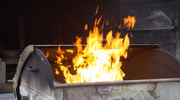 Der Brand der Müllcontainer wurde von den Hausbewohnern bemerkt, die sofort die Einsatzkräfte verständigten.