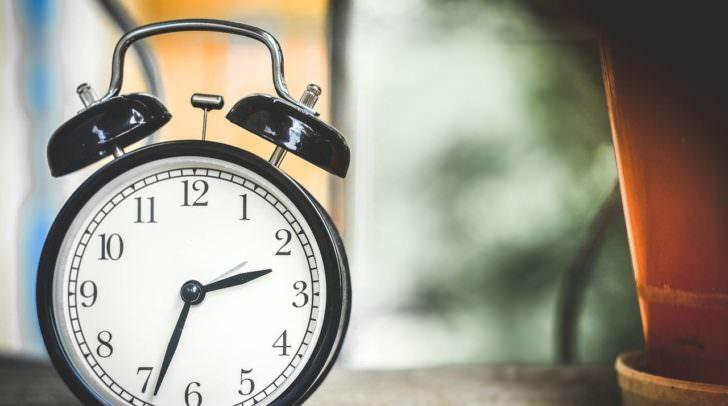 Die meisten Geräte stellen die Zeit bereits automatisch auf Sommer- bzw. Winterzeit. Falls jedoch ältere oder nicht digitale Geräte vorhanden sind, müssen diese noch per Hand eine Stunde zurückgedreht werden.
