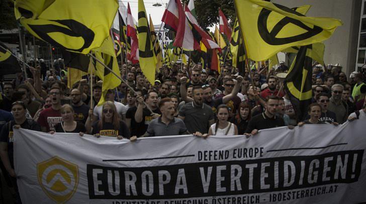 Die Bewegung der Identitären protestiert und demonstriert wie hier gegen