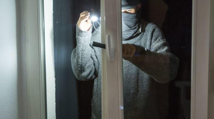 Gekippte Fenster oder Terrassentüren sind für Einbrecher optiml – daher immer schließen!
