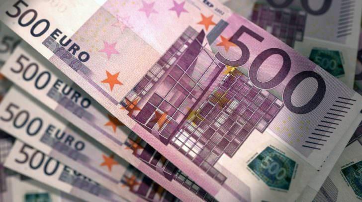 Die Betrüger stahlen 3 500 Euro Banknoten.