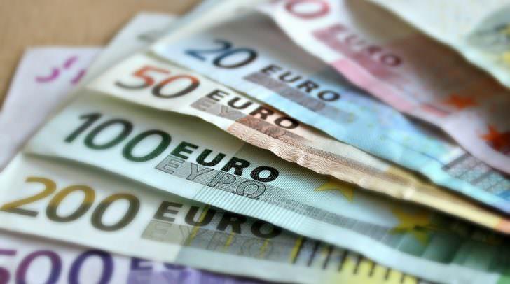 Beim Euro-Bus kann man alte Schilling Banknoten in Euro umtauschen. Außerdem erhält man Informationen über die Kernaufgaben der OeNB.