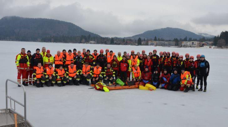Wasserretter und Feuerwehrmänner übten gemeinsam für den Ernstfall bei Eisunfällen
