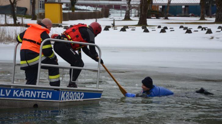 Auch das Eisrettungsboot des ÖWR-Landesverbandes kam im Rahmen der Übung zum Einsatz. Dieses Boot wird auch im Hochwassereinsatz verwendet.