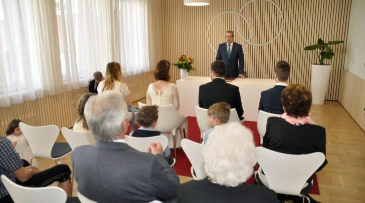 Der Trauungssaal ist modern, elegant und trotzdem festlich.