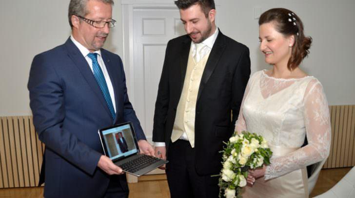 Das frischgebackene Ehepaar Silke und Bernd Wechdorn mit Standesbeamten Gerhard Gruber, der die Glückwünsche Bürgermeister Günther Albels per Videobotschaft überbrachte.