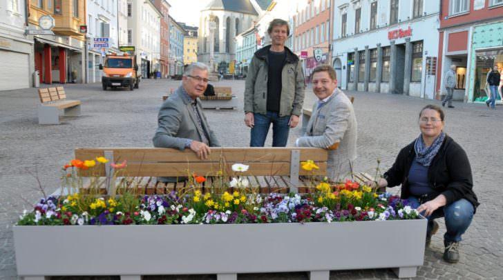Bürgermeister Günther Albel und Stadtrat Harald Sobe mit den Stadtgarten-Mitarbeitern Dipl.-Ing. Wolfgang Faller und Corina Spasojevic.