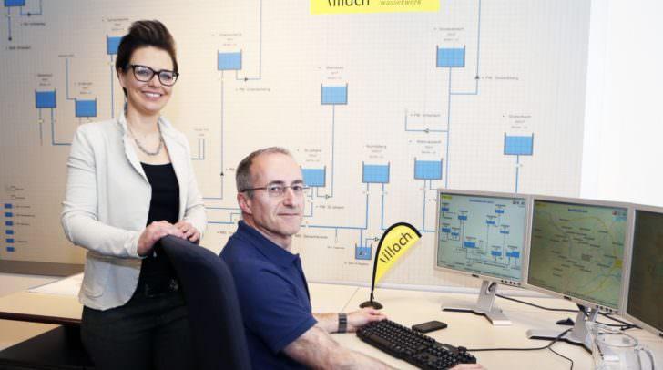 Villachs Wasserreferentin Stadträtin Katharina Spanring und  Ing. Peter Weiß, Leiter des Villacher Wasserwerks,  in der Prozessleitstelle.