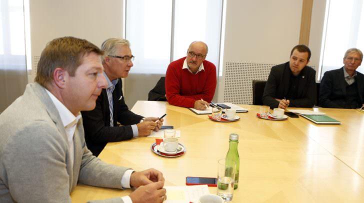 Bürgermeister Günther Albel und Verkehrsstadtrat Harald Sobe mit Bürgermeisterkollegen der StadtRegion und Verkehrsexperten bei der Villacher Mobilitätskonferenz.