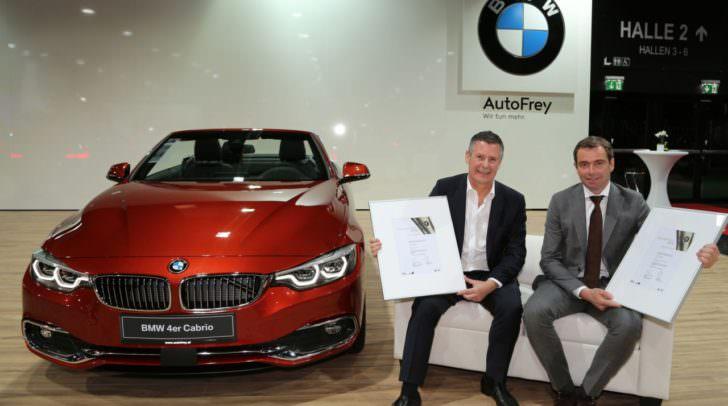 AutoFrey Geschäftsführer Josef Roider (li.) freut sich über die Auszeichnungen, die von BMW Austria Geschäftsführer Chris Collet überreicht wurden.