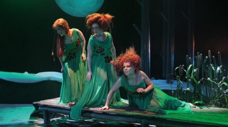 Die Meerjungfrau Rusalka ist bereit, aus Liebe zu einem Menschen ihre Unsterblichkeit aufzugeben und scheitert letztlich an der Wankelmütigkeit des Geliebten.