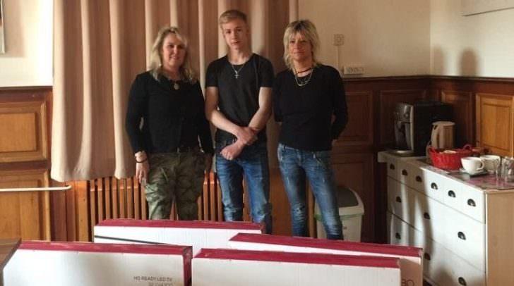 Walter – im Bild mit Haus Antonius-Leiterin Siegrun Marchetti und Unternehmerin Franziska Regenfelder – freut sich über einen neuen Fernseher.