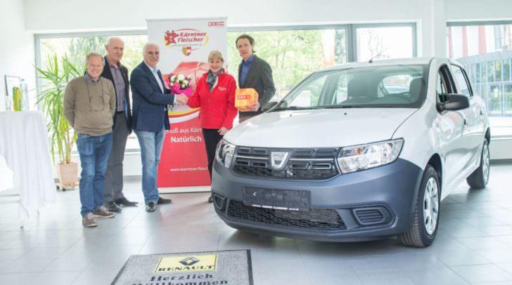 Der Hauptgewinn beim Quiz der 1000 Fragen kann sich sehen lassen: Alois Paintner, Georg Lamp, Raimund Plautz, Neo-Autobesitzerin Edith Pfeifhofer und Claudio Ghidini mit dem neuen Dacia Sandero.