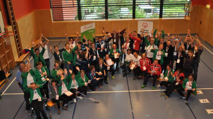 Jubelfoto mit SportlerInnen, TrainerInnen und Volunteers