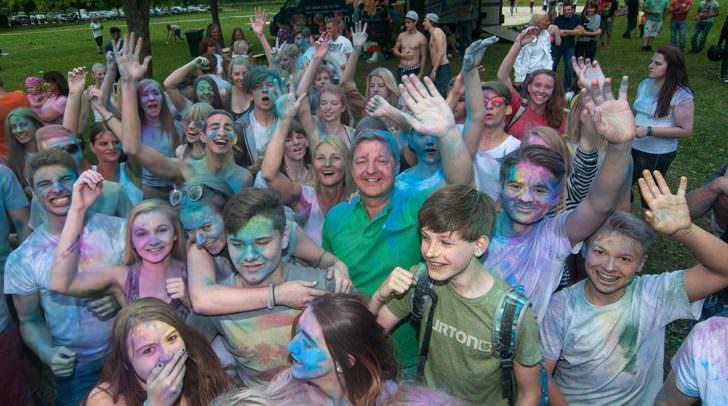 Alle Jahre wieder: Bürgermeister Günther Albel und Jugendliche hatten schon einmal Spaß bei einem Silbersee-Opening.