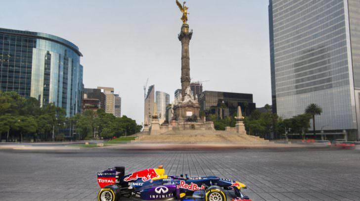 Auf dem Hauptplatz wird ein Red Bull Formel 1-Bolide präsentiert