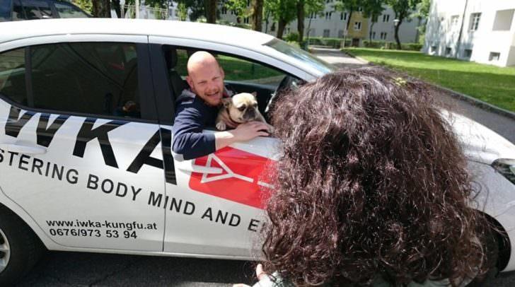 SIFU Michael Rainer, Inhaber der Kung Fu Akademie Villach, übt mit den Kindern wie sie richtig reagieren wenn Fremde sie ansprechen oder versuchen in ihr Auto zu locken.