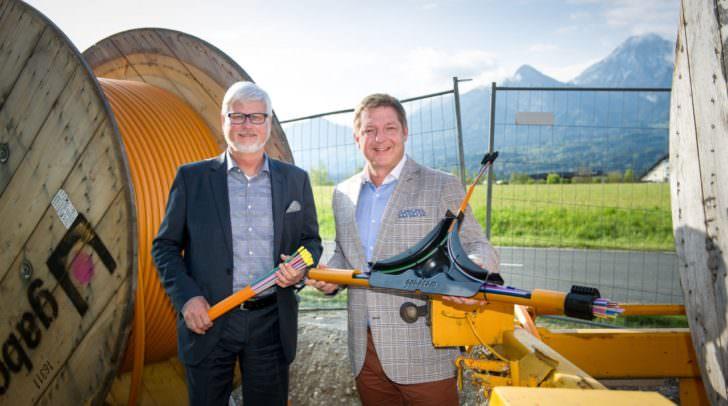 Bürgermeister Günther Albel und Kelag-Vorstand Manfred Freitag beim Lokalaugenschein für den Breitband-Ausbau in Drobollach.