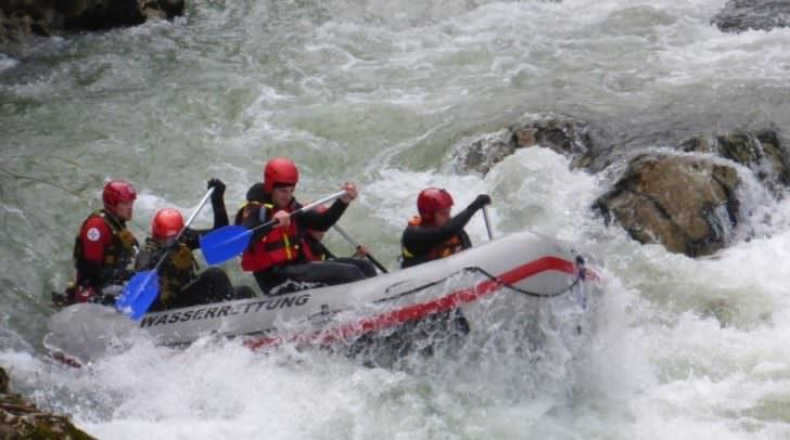 Auch der Umgang mit dem Raft bzw. das Befahren des Flusses standen am Kursplan