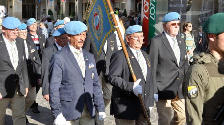 Teilnehmer der Vereinigung österreichischer Peacekeeper bei der Kranzniederlegung in Villach