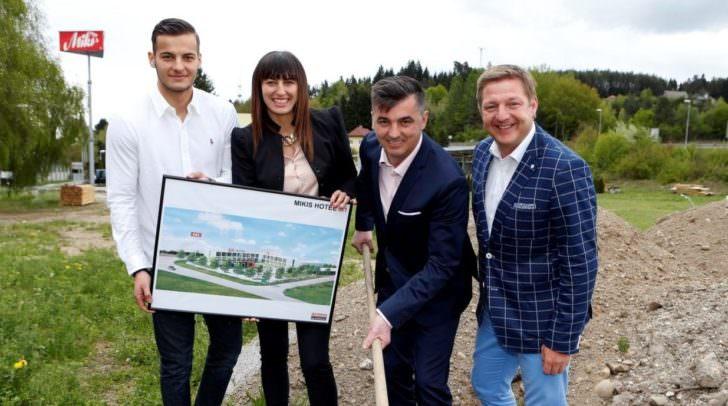 """Aleksic """"Miki"""" Milojica mit Gattin Svjetlana und Sohn Dragan sowie Bürgermeister Günther Albel beim Spatenstich"""