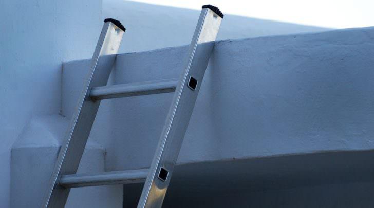 Aus einer Höhe von etwa 1,5 Metern stürzte der Kärntner von einer Leiter und schlug mit dem Kopf auf dem Betonboden auf.