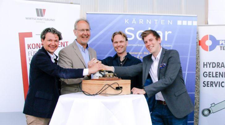 Schalterumlegung (v.l.n.r.): Stadtrat Peter Weidinger, Inhaber Bernhard Plasounig, WB-Obmann Raimund Haberl, Matthias Nadrag (Kärnten Solar)