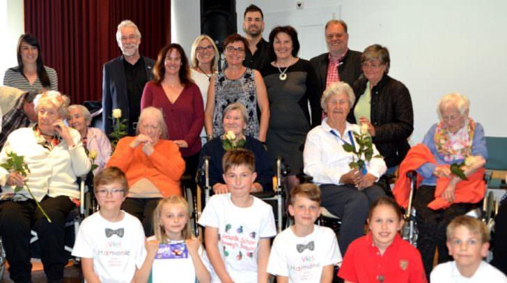 Theater der Generationen. LHStv. in Beate Prettner mit Senioren und Kindern